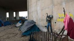 The Jungle refugee camp, Calais. QUANDO SMURARE IL MEDITERRANEO è davvero una pratica attuale sui muri, l'opera appena realizzata da Banksy e postata sul suo sito: il vandalo di qualità ha rappresentato Steve Jobs - figlio di migranti siriani - in fuga, su un muro di Calais, in Francia, luogo di approdo di tantissime persone dal mare. qui un bel racconto: http://cappellodicarta.com/…/banksy-e-limmigrazione-raccon…/