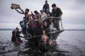 """Sergey Ponomarev, Russia, The New York Times La crisi europea del migranti. Rifugiati arrivano su una barca vicino al villaggio di Skala, sull'isola di Lesbo, Grecia.  Skala, Grecia, 16 novembre 2015  (www.worldpressphoto.org/collection/photo/2016"""""""">World Press Photo)"""