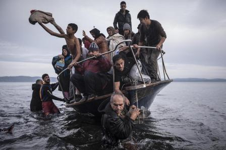 "Sergey Ponomarev, Russia, The New York Times La crisi europea del migranti. Rifugiati arrivano su una barca vicino al villaggio di Skala, sull'isola di Lesbo, Grecia. Skala, Grecia, 16 novembre 2015 (www.worldpressphoto.org/collection/photo/2016"""">World Press Photo)"